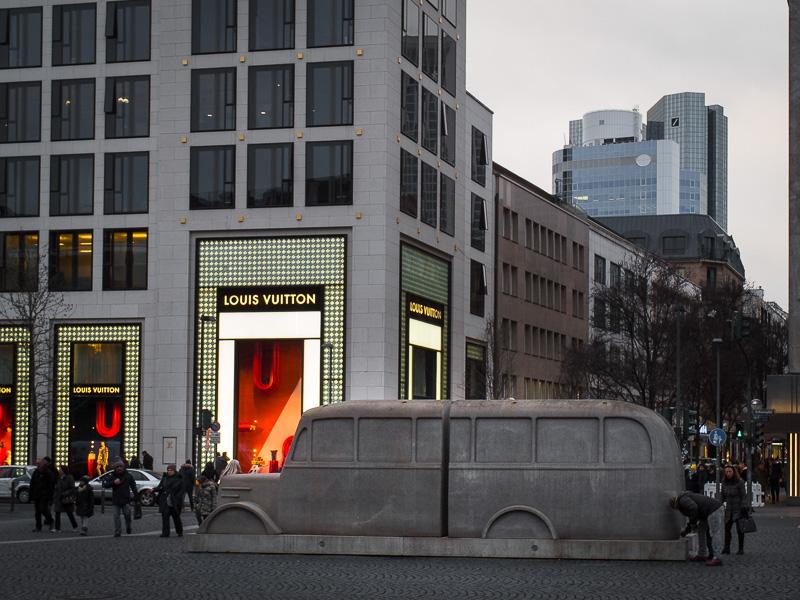 Zweiteiliges Denkmal der Grauen Busse in Frankfurt